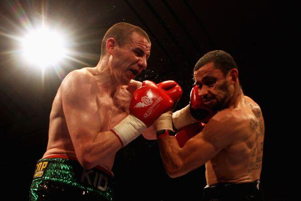 Peter McDonagh (verde con negro) enfrentó a Curtis Woodhouse (bla...