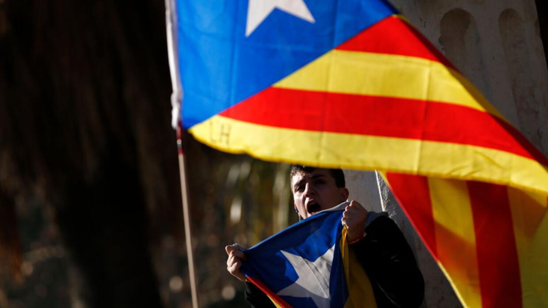 Un partidario de la independencia ondea la bandera que apoya el movimien...