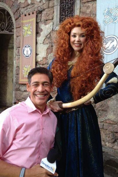 """""""Foto para el recuerdo en Disney con #merida"""", compartió Johnny Lozada...."""