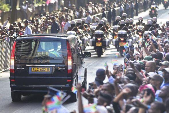Una multitud de ciudadanos aclamaban al paso del coche fúnebre. El féret...
