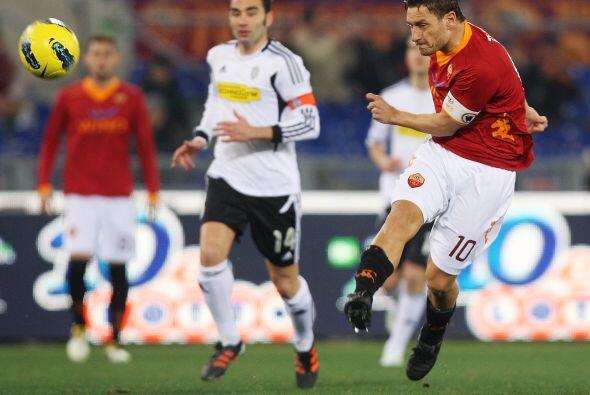 El interminable talentoso italiano se dio el gustó y puso a la Roma en e...