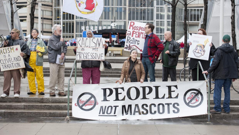 Manifestantes contra el logo del jefe Wahoo frente al Progressive Field...