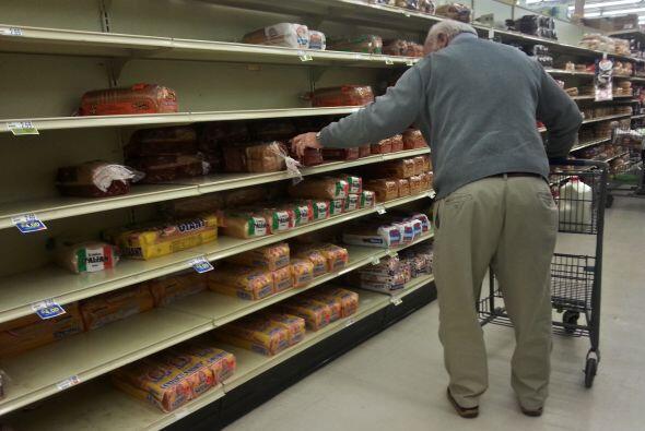A causa de la tormenta, los estantes de los supermercados se vaciaron a...