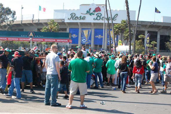 Una mirada a cómo se iban llenando las entradas del Rose Bowl.