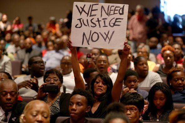 Más de un millar de personas se concentraron este domingo en la iglesia...