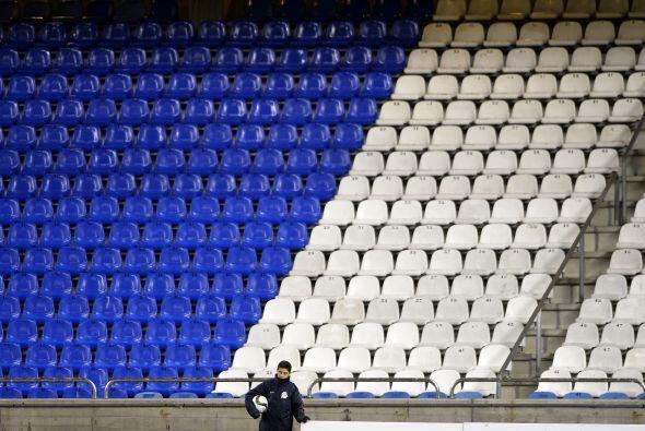 El Estadio Riazor lució práticamente vacío para el partido entre Deporti...