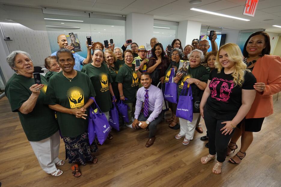 El grupo feliz terminada la clase en la sede de Brooklyn de Emblem Healt.