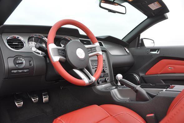 El volante es de piel, igual que los asientos, cuyo color contrasta con...