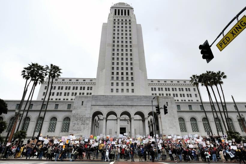 Manifestantes frente al edificio del Ayuntamiento de Los Ángeles.