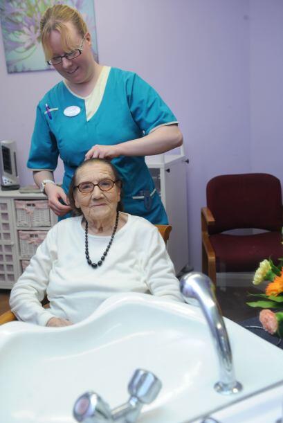 En el asilo, ella es una de las ancianas más queridas. Freda ha recibido...