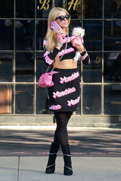 Lo raro es que cuando la vimos salir de la tienda, sólo llevaba una pequ...