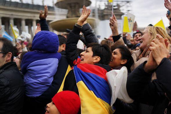 Fuertes aplausos, ondear de banderas y vivas han acompañado a Francisco...