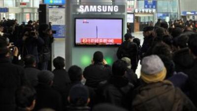 Los habitante de Corea del Sur, observan emocionados el lanzamiento del...