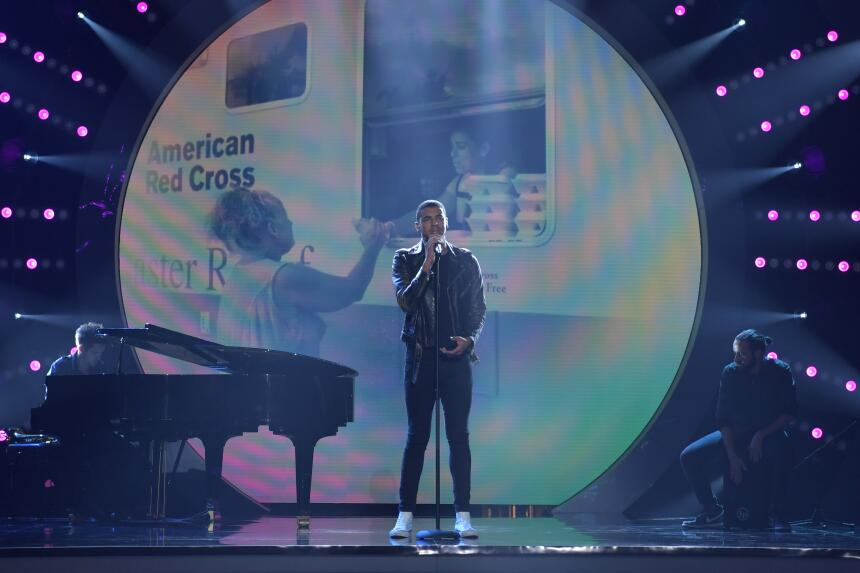 En nombre de Colombia, su país, el cantautor Manuel Medrano interpretó &...