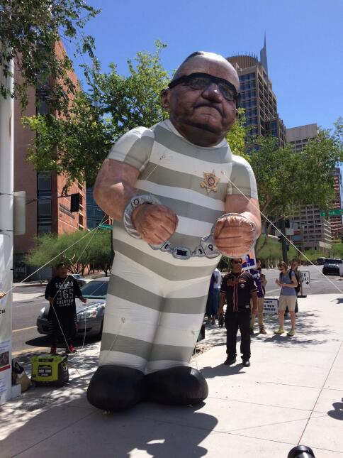 Protestas contra Arpaio en las afuera de la corte