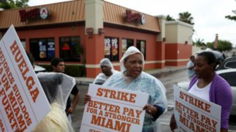Trabajadores de cadenas de comida rápida buscan un aumento a $15 la hora.