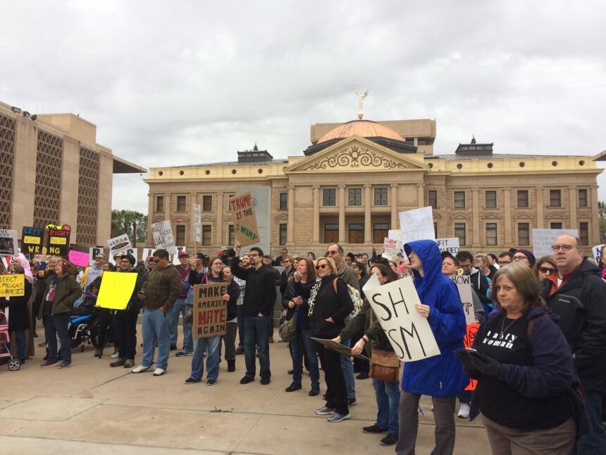 Cientos de personas protestan en Arizona contra el presidente Donald Tru...