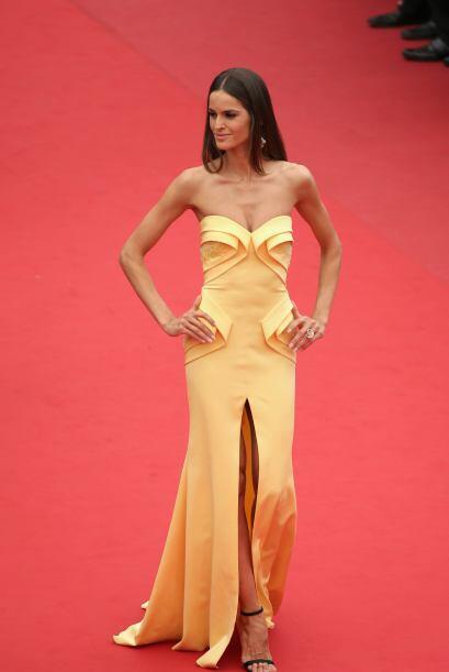 La modelo Izabel Goulart lució radiante en un vestido amarillo.