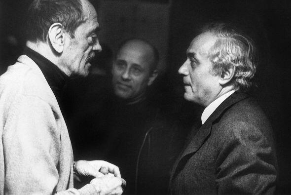 Luis Buñuel  (Nació en España en 1900) Director de cine en donde el su...