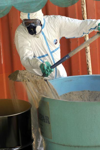 El trabajo para juntar los residuos, pesticidas y semillas vencidas se e...