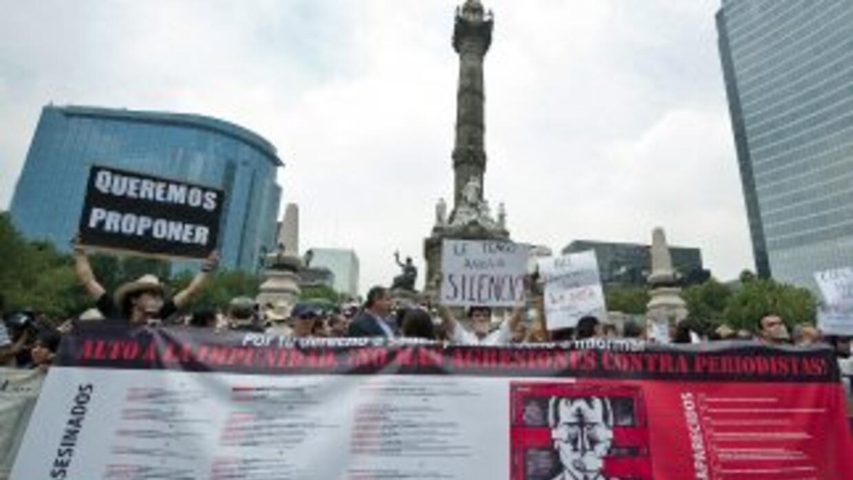 Cientos de periodistas mexicanos marcharon en varios puntos del país par...