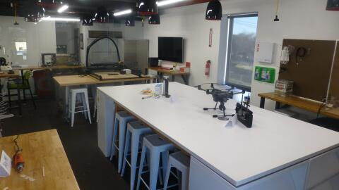 MIND + HAND, ubicado en el 5400 S Pulaski Rd, es un centro de aprendizaj...