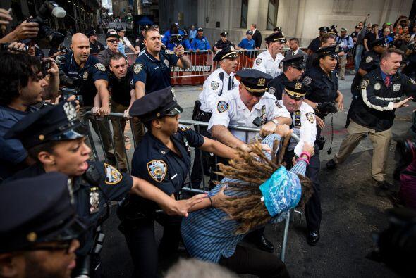 Aquí vemos a elementos de la policía de Nueva York intentando detener a...