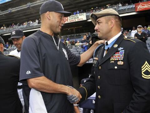 Los Yankees reconocieron al recipiente de la Medalla de Honor del Congre...