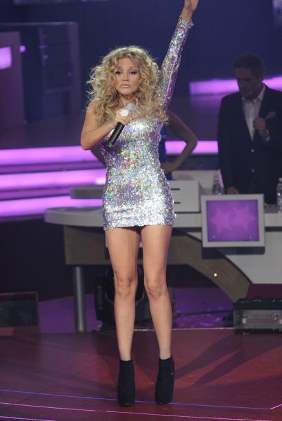 "Como este ""mini-dress"" plateado que utilizó para cantar junto a los pequ..."