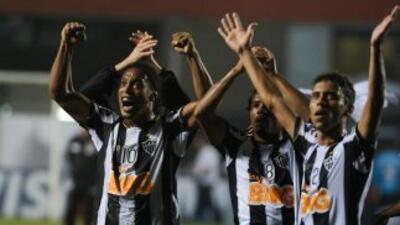 Con un Ronaldinho encendido y un triplete del jugador Jo, Mineiro despac...