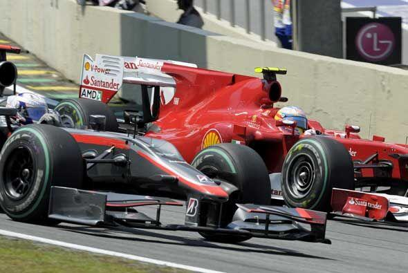 Fernando Alonso superó a Lewis Hamilton en las primeras vueltas p...