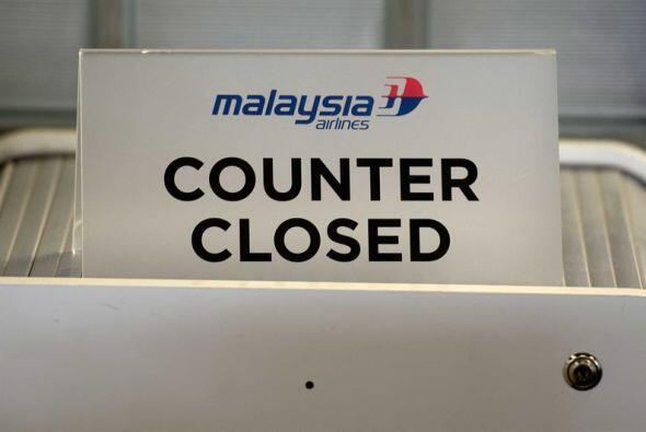 Vista de un mostrador de Malaysia Airlines en el aeropuerto de Amsterdam...