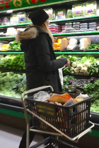 Mira quién anda comprando sus ricas frutas y verduras.