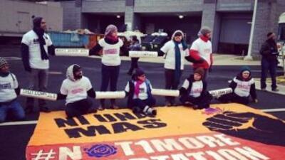 Manifestantes bloquearon oficinas local de ICE en Fairfax y Los Ángeles...