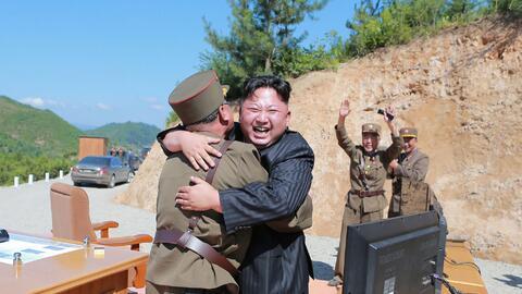 """Kim Jong Un celebra el """"éxito"""" del lanzamiento de su mi..."""