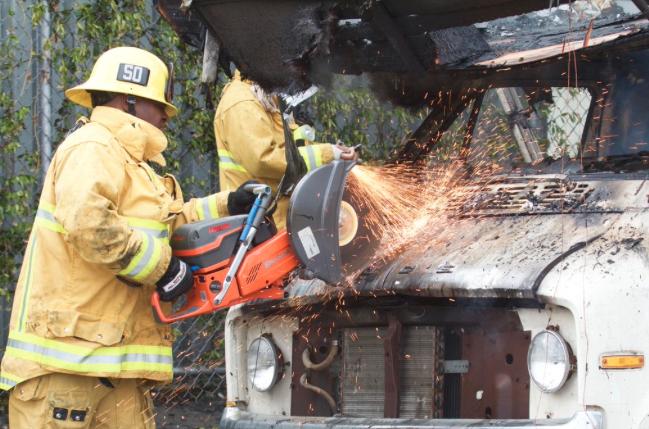 Utilizaron una sierra para destapar el motor y apagar las llamas.