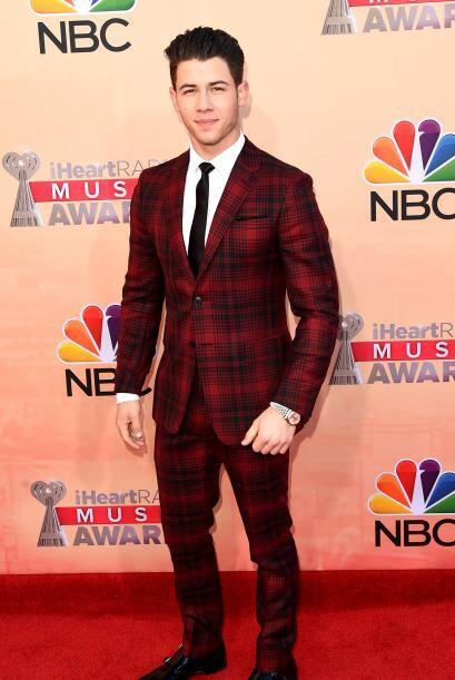 Nick Jonas llegó muy cuadriculado, pero guapísimo a la alfombra de los p...