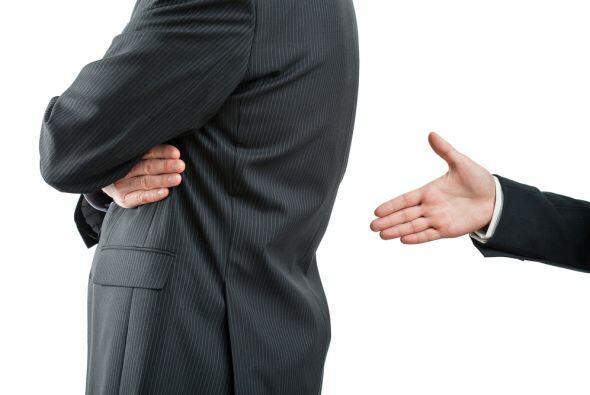 No es bueno tener enemistades laborales pues todo se perjudica. Si te ve...