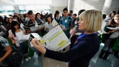 Estudiantes inmigrantes, de la escuela secundaria Gregorio Luperón, apre...