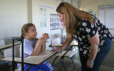 Karen Avilés, maestra de primer grado de la Escuela Elemental Jul...