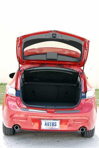 El espacio en el maletero es amplio, acomoda hasta tres maletas grandes,...
