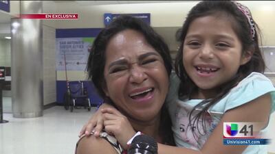 Menores salvadoreñas se reúnen nuevamente con su madre en el aeropuerto de San Antonio