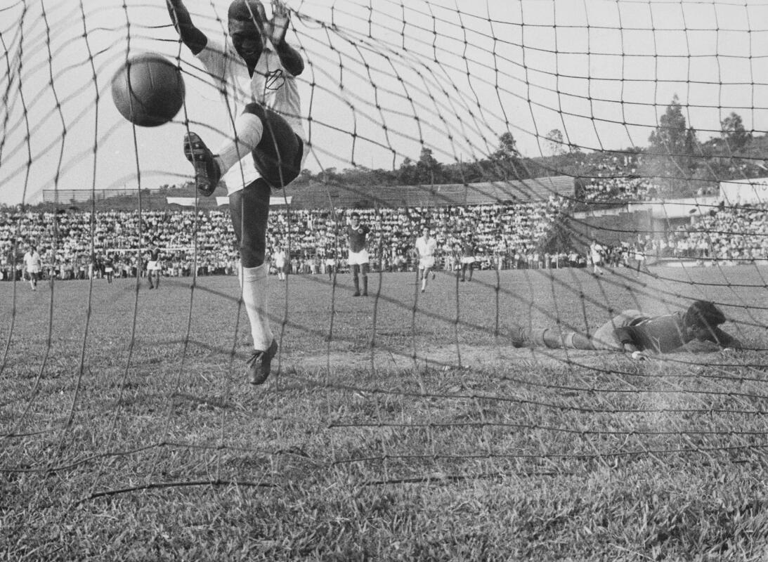Futbolistas que debutaron como profesionales antes de los 16 años pele-g...