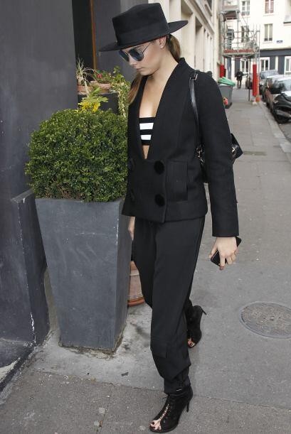 Es un 'look' cálido con toques 'street style', como el de Cara Delevingn...