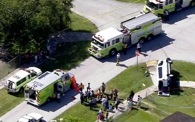Seis adolescentes heridos deja choque de vehículo escolar privado y un a...
