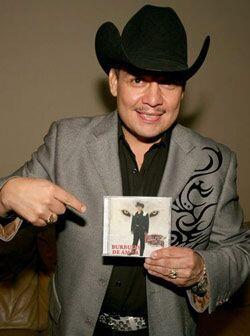Con mucho orgullo, el cantante presentó su nuevo material discográfico.
