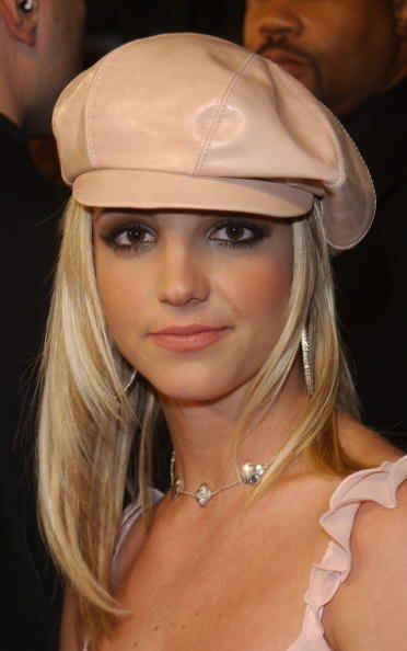 """Entre los accesorios que dictaban el """"estilo Britney"""" estaban las boinas..."""