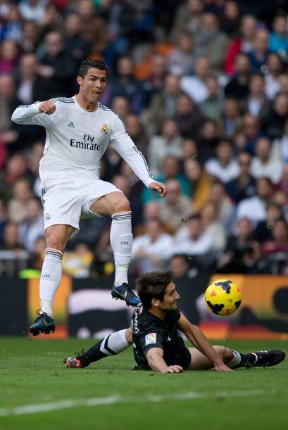 Ronaldo no se conformó y trató de impulsar a sus compañeros.