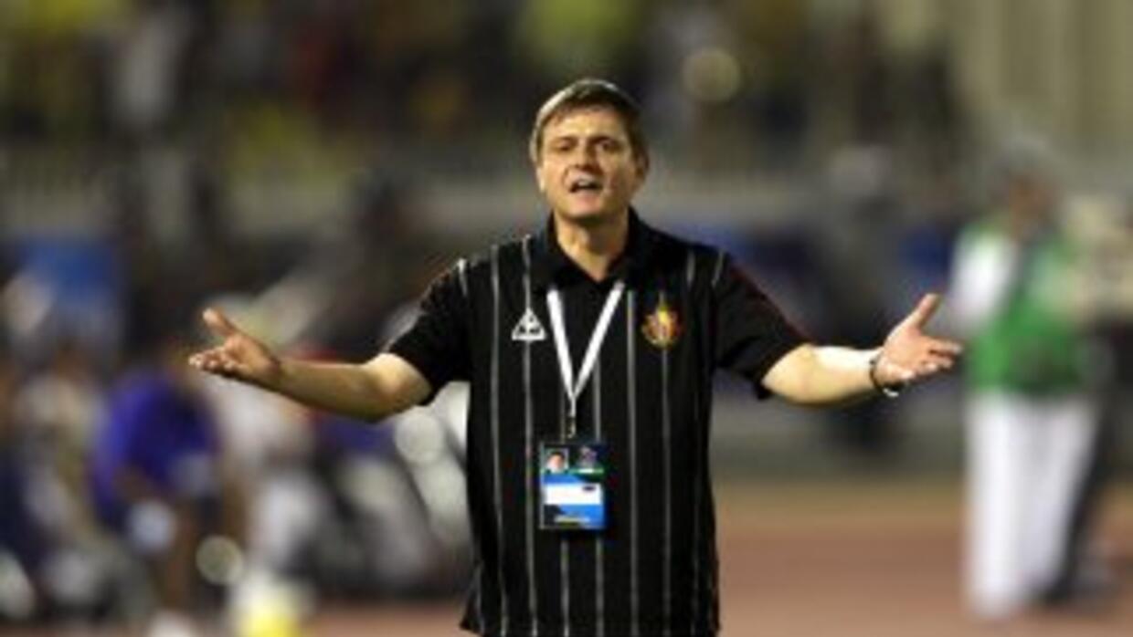 El entrenador Dragan Stojkovic metió un golazo desde su banca.