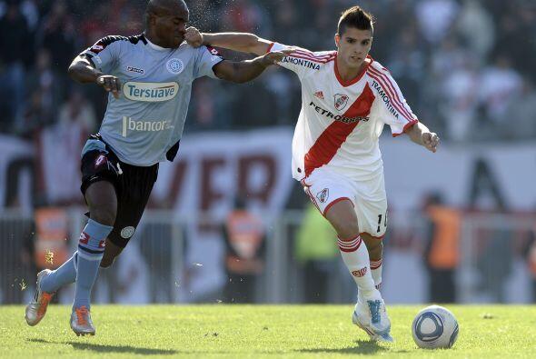 El uruguayo Ribair Rodríguez, de Belgrano, fue el encargado de marcar y...